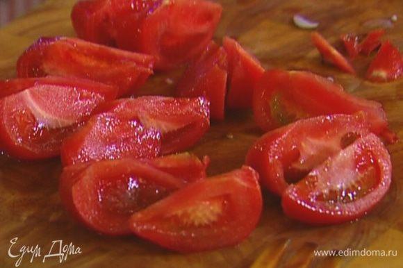 С помидоров снять кожицу, порезать их крупными дольками.