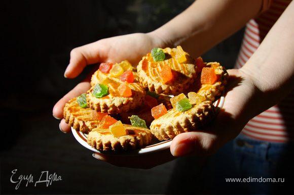 Соединить орехи, мед, цедру, соду, гашеную уксусом, оливковое масло, пряности,перемешать.Добавить просеянную муку и вымесить тесто. Тесто получается покруче по консистенции,чем здесь http://www.edimdoma.ru/recipes/20944. Раскатать тесто и вырезать фигурки. Смазать их желтком,украсить по желанию. Выпекать до золотистой корочки при 180 С. Еще можно взбить оставшийся белок с сахаром и капельками лимонного сока, покрыть пряники за 5 минут до готовности и вновь отправить в духовку.Горячими пряники кажутся мягкими, но через несколько минут остывают и становятся твердыми. Прекрасно!:)