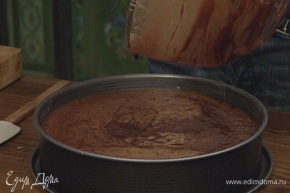 Смазать большую разъемную форму оставшимся маслом и влить в нее тесто.