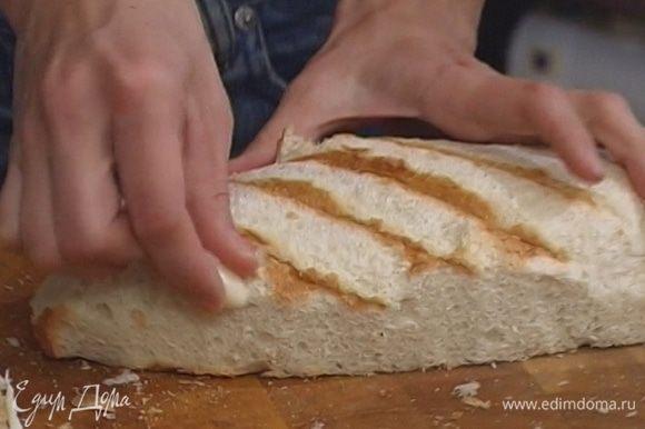 С хлеба срезать корку, натереть его чесноком.