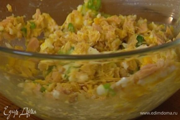 В яично-тунцовую массу добавить 1 ст. ложку майонеза, зеленый лук, посолить, поперчить.