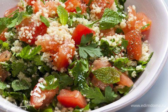 Заправить салат прямо на столе оливковым маслом, соком лимона, поперчить и посолить.