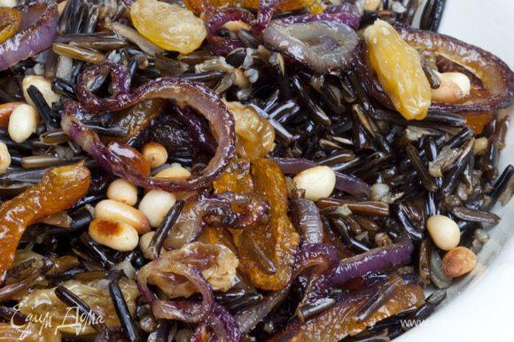 В горячий рис добавить курагу с луком, кедровые орехи.