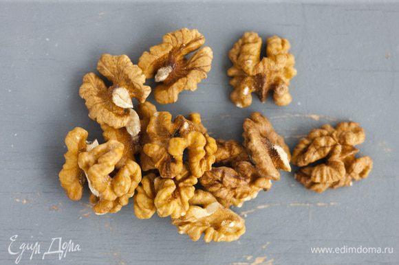 Орехи подсушивать в духовке 3—4 минуты.