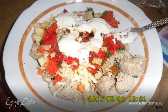 Готовим начинку: Печень порезать помельче и обжарить с луком,охладить.Выложить в чашу блендера,добавить вареные яйца и измельчить.Добавить сыр мелко порезанный,плавленный сырок,немножко соевого соуса,порезанный укроп и сладкий перец