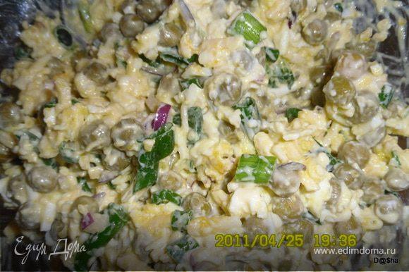 Яйца отварить,очистить и порубить.Сыр натереть на терке.Лук порезать.Все смешать и заправить майонезом.