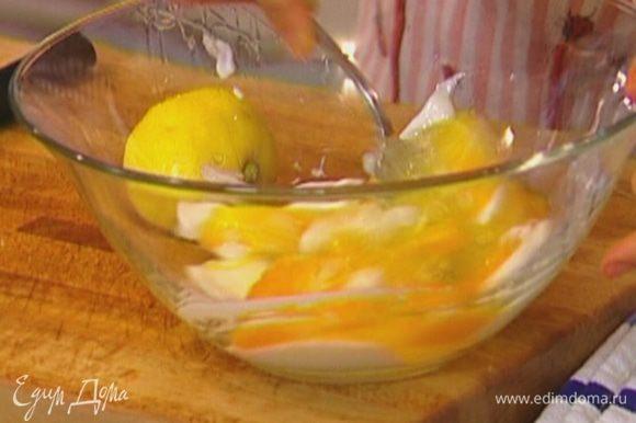 Яйца разбить, соединить с йогуртом, посолить, поперчить и перемешать.