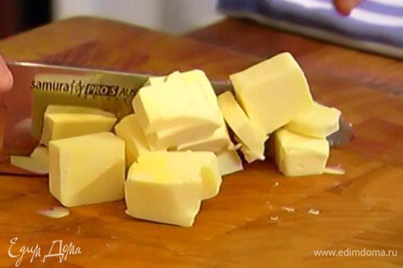 Порубить 100 г предварительно охлажденного сливочного масла кубиками.