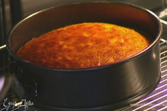 Форму для выпечки смазать растительным маслом, выложить тесто и выпекать 35–40 минут в разогретой духовке. Готовность кекса проверить зубочисткой — если она сухая, значит, кекс готов.