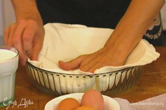 Тесто разморозить, немного растянуть руками и выложить в форму для выпечки так, чтобы получились бортики.