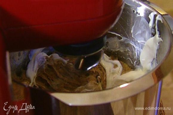 Через минуту всыпать оставшуюся муку, орехи, выложить в тесто сметану, влить ванильный экстракт и взбивать еще пару минут на небольшой скорости до получения однородной консистенции.