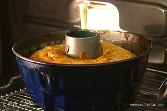 Поставить пирог в разогретую духовку на 35–40 минут. Готовность проверить зубочисткой — если пирог готов, она должна остаться сухой.