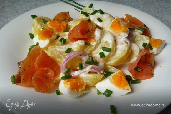 Рыбу порезать на полоски. Яйца почистить и разрезать на 4 части. Вместе со шнитт-луком выложить на салат. Приятного аппетита!
