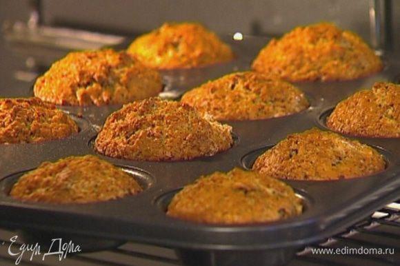 Формочки для маффинов смазать оливковым маслом, заполнить их тестом на 2/3 объема и отправить в разогретую духовку на 25–30 минут.