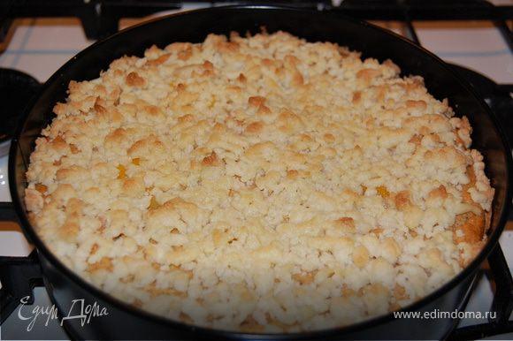 Ингридиенты для посыпки смешать, раскрошить сверху на пирог и выпекать еще 15 минут.