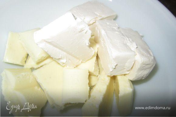 Духовку включить на 180 гр. Форму покрить пергаментной бумагой, бока смазать маслом и притрусить мукой. С апельсинов натереть мелко цедру. Шоколад+масло растопить.