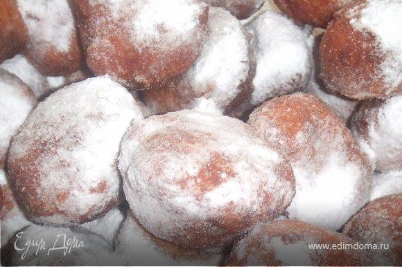 Затем посыпать сахарной пудрой или полить сиропом.