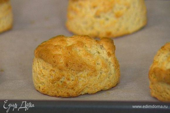 Уложить булочки на противень, смазать слегка взбитым желтком и выпекать 25−30 минут.