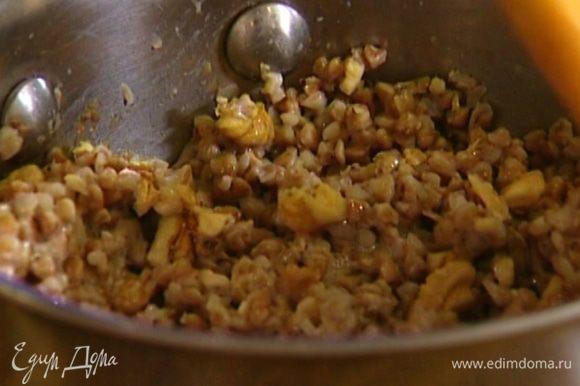 Отваренную гречку посолить, добавить сахар, сливки и грецкие орехи, все перемешать.