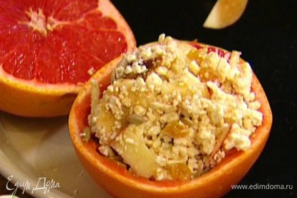 Выложить творожную массу в чашечку из грейпфрута.