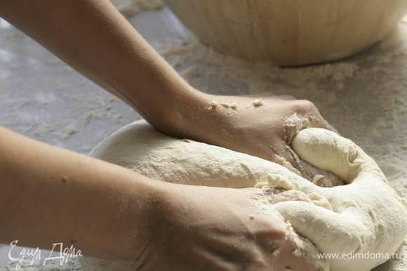 Через час выложить тесто на стол, присыпанный мукой, и сделать второй замес.