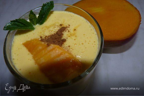 Охладить, разлить по чашкам, украсить ломтиками манго и корицей.