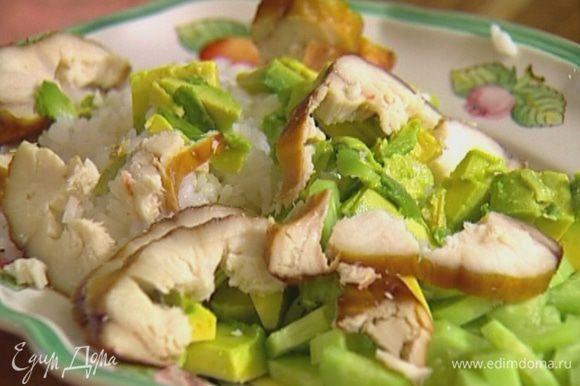 Выложить на тарелку рис, авокадо и огурец, сверху разложить кусочки рыбы.