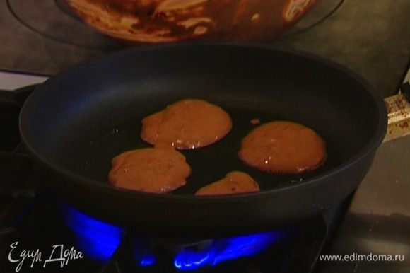 Разогреть в тяжелой сковороде оливковое масло и обжаривать оладушки по 2 минуты с каждой стороны, а затем выкладывать на бумажное полотенце, чтобы убрать излишки жира.