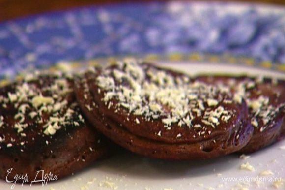Шоколад натереть на крупной терке и посыпать оладьи. Подавать со взбитыми сливками.