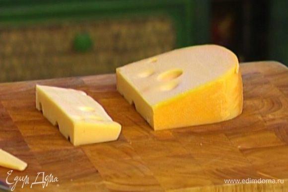 Маасдам натереть на крупной терке и добавить в тесто.