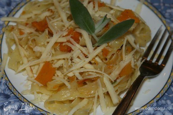 Выложить на тарелку, присыпать натертым сулугуни, перемешать, сбрызнуть оливковым маслом.