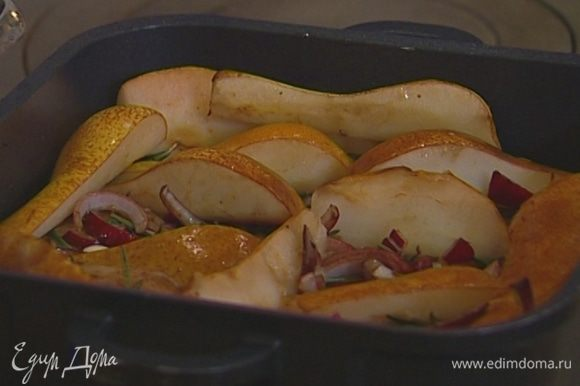Уложить свинину одним слоем в глубокую жаропрочную посуду, сверху выложить маринад вместе с луком и чесноком, между кусками мяса плотно поместить дольки груш и отправить все в разогретую духовку.