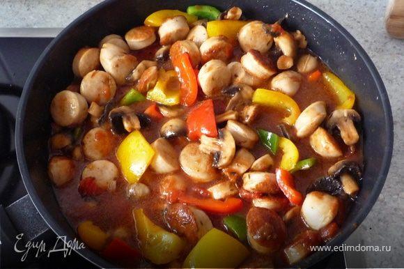 Затем вмешать бульон, томаты, шашлычный соус и под крышкой на медленном огне тушить 10 минут.