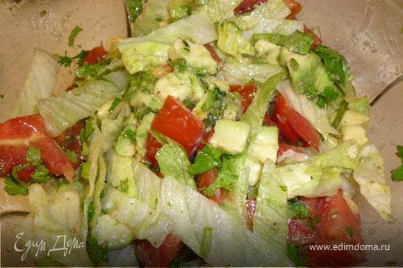 Помидоры нарезаем кубиками. Авокадо отчищаем от шкурки, вынимаем косточку, нарезаем кубиками (меньше чем помидоры). Измельчаем кинзу и Айсберг. Готовим заправку. Смешиваем по 1 ч.л. бальзамического уксуса и соевого соуса, добавляем оливковое масло. Готовой заправкой поливаем салат.