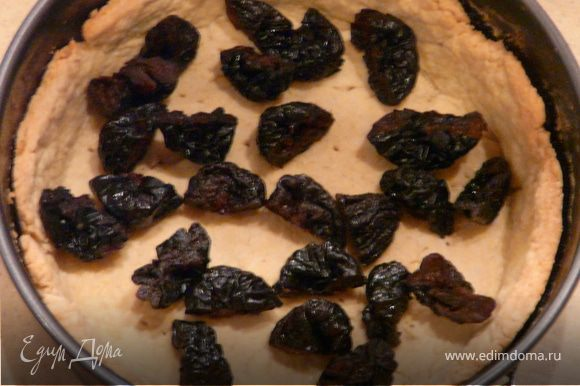 Мусс: растопить шоколад, масло, сливки, сахар, вбить желтки. Порезать пополам чернослив, выложить на тесто, залить шоколадный смесью.