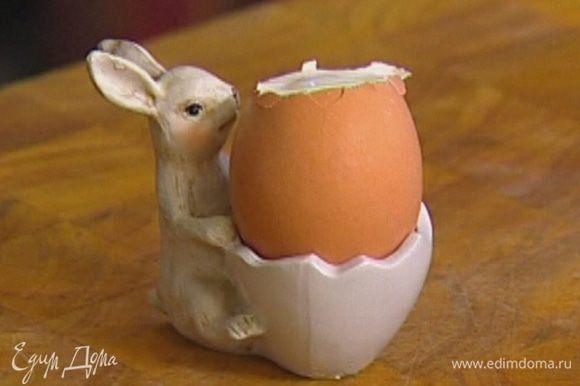 Яйца опустить в кипящую подсоленную воду и варить 3–4 минуты, чтобы они получились всмятку.