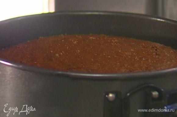 Форму для выпечки смазать оставшимся сливочным маслом, выложить тесто и отправить в разогретую духовку на 25−30 минут. Если корж не пропечется, прикрыть его бумагой для выпечки и вернуть в духовку еще на 5−7 минут.