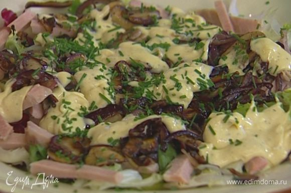Шнитт-лук мелко порубить и посыпать салат.