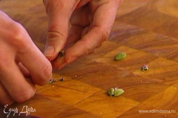 Стручки кардамона раздавить плоской стороной ножа, вынуть зерна, немного растереть их и добавить в рис.
