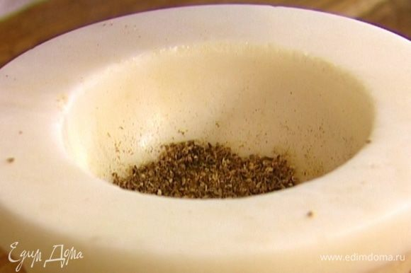 Тмин, кориандр и сухой перец чили растереть в ступке, добавить молотый мускатный орех.
