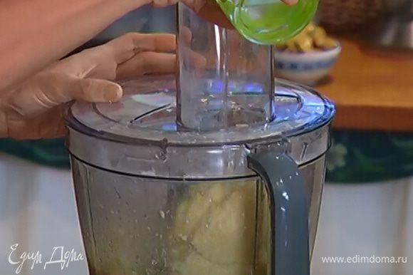 Влить половину взбитого яйца, 2 ч. ложки ледяной воды и вымешать тесто до гладкого состояния.