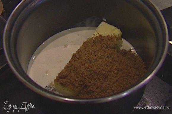 В небольшой кастрюле соединить 100 г сливочного масла, 100 г сахара и сливки и поставить на небольшой огонь, чтобы масло растопилось.