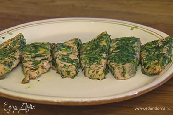 Разогреть в тяжелой сковороде оливковое масло и обжаривать кусочки семги по 3 минуты с каждой стороны. Подавать семгу с рисом.