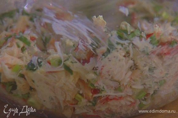Соединить крабовое мясо, зеленый лук, кинзу и 1 ст. ложку нарезанного лимонника, добавить сметану с горчицей, посолить, поперчить, перемешать и дать постоять 15–20 минут.