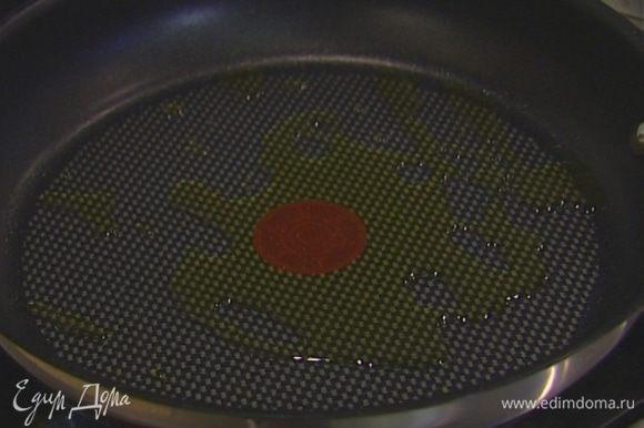 Разогреть в тяжелой сковороде немного оливкового масла.