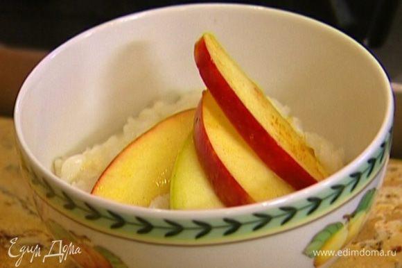 Готовую кашу выложить в тарелки, а сверху карамелизированные яблоки.