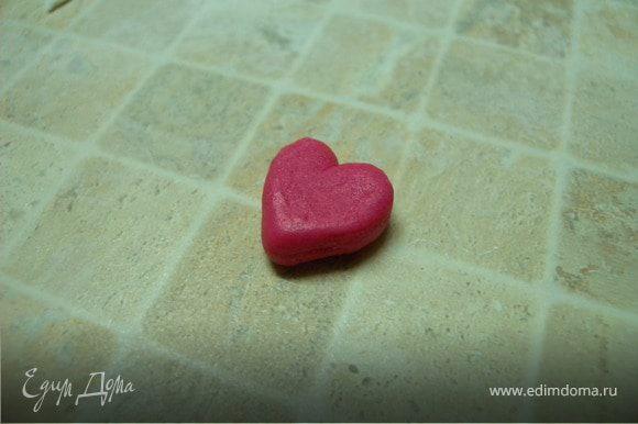 Так как этим тортиком я проважала мужа в командировку я решила еще сделать маааааленькое сердечко в знак своей любви. У меня в холодильнике был кусочек готовой мастики вишневого цвета (осталась с Пасхи (с украшения куличей, кексов и маффинов).