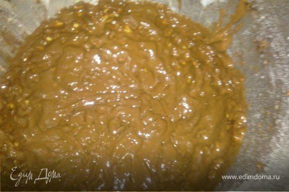 Затем к шоколадной массе добавить муку с орехами и хорошо перемешать миксером насадкой для теста.