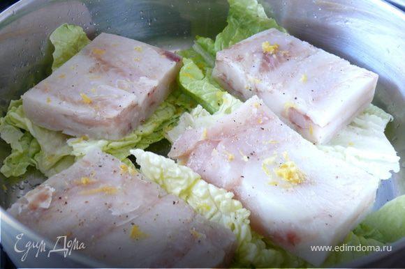 В посуду, в которой можно тушить рыбу, положить 4 листа китайской капусты( или, как я, 4 раза по 2 листа салата ромэн). Сверху положить по куску филе,приправить перцем, сбрызнуть раст. маслом и немного соевым соусом, сверху - цедру лимона.Сверху разбросать кусочки спаржи, если есть) Налить 1-2 см воды , накрыть крышкой и томить на очень медленном огне около 7-10 минут.В это время приготовить соус.