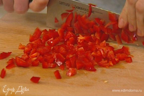 Сладкий перец вымыть, очистить от семян и нарезать маленькими кубиками.
